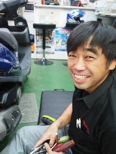 日吉7丁目で「2輪の店よしい」を営む吉井昌彦さんは日吉生まれ、小学校3年生まで箕輪町で過ごす。「物心付いた時からバイクが身近にありました」と、懐かしい幼少時を振り返る