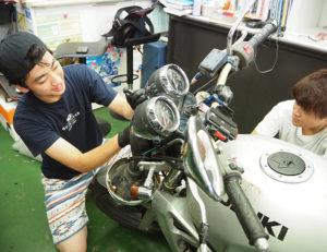 若い世代にも、バイクの魅力を語り継いでいきたいと店主・吉井昌彦さんは感じている(写真左は息子の友佑さん)
