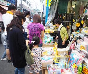 いつもの商店街が、多くの地域の人々の来訪で賑わう(2019年7月6日、前回開催時)