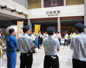 東急日吉駅、初参加の日吉東急アベニューの社員らも加え、第2回目となる日吉一斉清掃が行われた(2019年9月5日)
