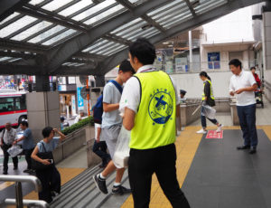 喫煙マナーを守ることを訴えた横浜市港北区のティッシュペーパーも手渡された(2019年9月5日)