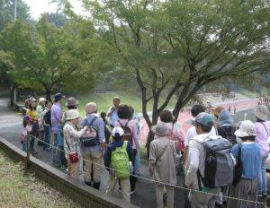 森の仕組みを解説する、慶應義塾大学名誉教授の岸由二さん(過去開催時、主催者提供)