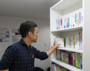 玉田さんが生徒に読んでもらいたい書籍を集めたコーナーも