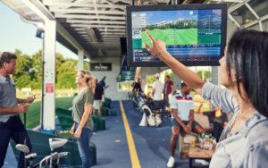 ここにまさに「ゴルフ練習場の未来の姿」が。フリー計測や クラブ別計測、ニアピン対決やドラコン対決、バーチャルゴルフやポイントゲームも楽しめる(トップトレーサー・レンジのサイトより)