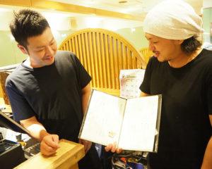 ここ1カ月間、具体的なメニューを検討してきた店長の鶴田さん(左)、そば職人の高橋さん