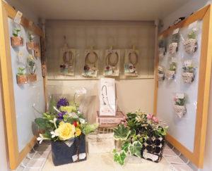 M工房内での「Kayoちゃん」(佐々木さん)のボックス。手前には、シュシュメゾン(chou chou maison=我伊野)さんとのコラボ作品も(2019年9月)
