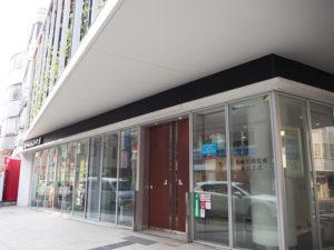 1969(昭和44)年10月13日に開設し50周年を迎える城南信用金庫綱島支店。現在の社屋は子母口綱島線(バス通り)沿いに2017年3月に建て替えられたばかり