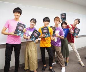 慶應志木高校出身の金子真史(まさし)さん(最左)が局長を務める広報局メンバーがパンフレットを作成。「矢実」メンバーの想いが、この冊子にはぎっしりと詰まっている