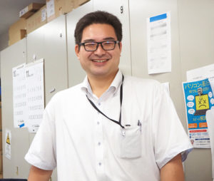 都筑区東山田在住の若手社員・逸見和成さんの活躍も同社にとって大きな力に。「職場が近くて助かります」と逸見さん。同社では、事業拡大に伴い、地域密着の理念に共感する社員募集も行っている