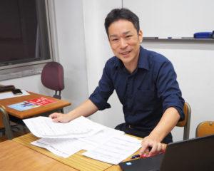 パソコンを前に、受講カリキュラムを練る玉田さん。自身子育て中で、「最近では、国立科学博物館(東京都台東区)で『フーコーの振り子』を見て、地球の自転について学びました」と、リアルな学びを親子一緒に実践している