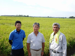 茨城県筑波山麓で有機栽培米を育てる来田雅彦さん、諒さんと(2019年9月、角屋商事株式会社提供)