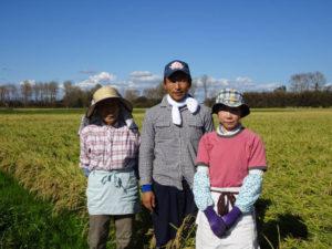 秋田県大潟村で稲作を継いだ村上直樹さんと家族(2019年9月、角屋商事株式会社提供)