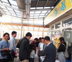 高田西3丁目のマル正ストアー内にオープンした「子どもの居場所・フリースペースほっぷ」。オープンイベントバザーでは多くの笑顔があふれた(2019年11月2日)