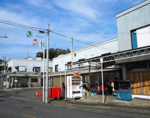 高田駅1番出口からから徒歩約4分の「マル正ストアー」の向かって右奥の一角に「ほっぷ」はある
