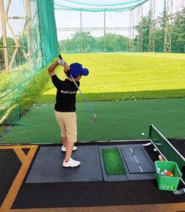 ゴルフの楽しさはもちろん、あいさつ・マナーといった基礎的な礼儀や、レッスンを通じての自立心、忍耐力、協調性など「人間的成長」をサポート。団体生活に必要なスキル習得も目標としている(キッズゴルフのFacebookページより)