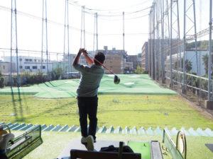 日吉5丁目の一本橋バス停前にあるゴルフ練習場・レストランの「パームスプリングス(PALM SPRINGS)」では、今年(2019年)3月から子ども向けゴルフスクール「キッズゴルフ」を開校。新規受講生を募集している