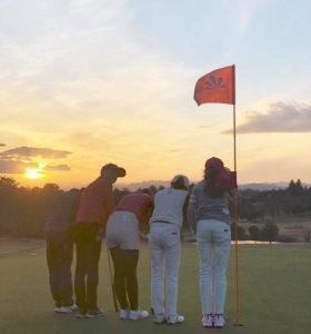 ゴルフ場で行う1日引率型レッスン「ラウンドレッスン」もセット受講可能。親子ラウンドやキャンプといったオプション企画やイベントも数多く開催している(キッズゴルフのFacebookページより)