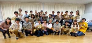 ホルン合奏練習時、卒業生や指揮の阪本正彦さんと撮影(主催者提供)