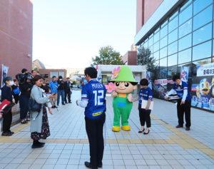 晴天に恵まれた、いつもの「港北区役所」に横浜F・マリノスのマルコス・ジュニオール選手が一日区長としてやってくる!一足先に港北区のキャラクター「ミズキー」が登場