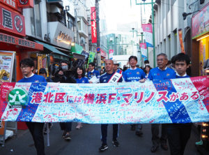 新しく生まれ変わりつつある東急東横線・綱島駅舎の横を通り、綱島商店街を練り歩きながら視察します