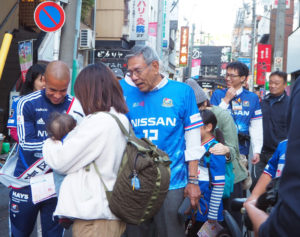 横浜F・マリノスの服を着た赤ちゃんも、一日港北区長を激励していました