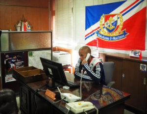 港北区長室で電話を取るマルコス・ジュニオール一日区長