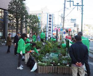 「綱島交差点なごみ花壇」は、綱島駅東口から徒歩約2分、綱島街道沿いにある。大綱橋にも近く、交通量が大変多い場所となっている(2019年11月14日)