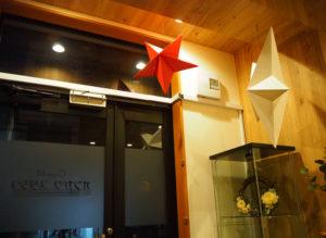 日吉の街にぴったりな「落ち着いた雰囲気」に仕上げたというスタジオ内。建築士として事業も行う榎本さんが、自ら設計デザインを行った