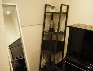 各部屋には、CDコンポ(外部音源入力可能)や、メトロノーム、譜面台、姿見鏡も設置されている