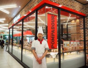 アピタテラス内「ポンパドウル綱島店」では、同社の一店舗一工房制に基づき、店内で焼き立てパンを提供している。店長の黒図大輔さんも地元横浜・金沢区の出身。入社以降20年以上にわたりパン作りの技術を磨いてきた