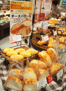 創業時からのロングセラー・角切りチーズを入れて焼き上げた「チーズバタール」(626円、1/2サイズ313円)は綱島店でも人気商品となっている