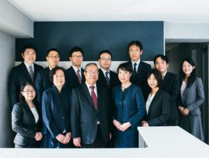 東京地方税理士協同組合(西区)の副理事長、神奈川県弁護士協同組合(中区)の監事としても職責を果たす青木さんを囲んで。アットホームなオフィス環境づくりに力を入れている(同税理士法人提供)
