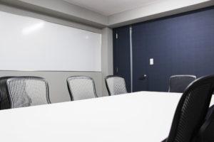 新しい「応接・会議室」に設置された、長さ約3.8メートルの大型ホワイトボードも、社員・スタッフのアイデアから特注したという(同税理士法人提供)