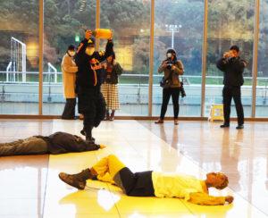 訓練では、不審者がなんらかの液体を散布し、多数の負傷者が発生したことを想定。約50人の教職員・学生が訓練に参加した