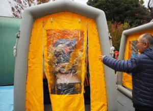 汚染者の除染を行う専用テントも設置