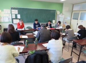 綱島小学校PTA会議室で行われた「創立70周年記念事業役員会」の様子。和やかな雰囲気の中にもそれぞれの想いを乗せて活発な議論が交わされていた(12月12日10時頃)