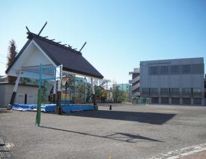 「街ぐるみ」での相撲大会も開催される綱島小学校内の土俵(左)は同校のシンボル。右手奥が体育館・通級学級棟