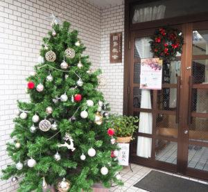 大曽根2丁目にある綱島教会(写真・リンク)の有志からなる「聖歌隊」が、クリスマスイブの夜、イトーヨーカドー綱島店前パデュ中央広場(時計台横)でクリスマスキャロルを披露する