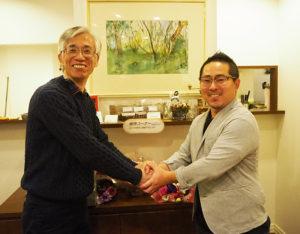 「珈琲屋いこい」オーナーの瀬川さん(左)から、「喫茶かなで」(仮称)新オーナーの池田さんへ。二人は日吉出身。世代交代、そして事業継承のバトンリレーを行うことになった(2019年12月23日)