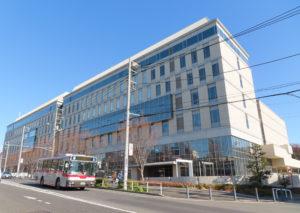 藤原洋記念ホール(藤原ホール)は日吉駅前の綱島街道沿い、慶應義塾創立150周年の2008(同20)年夏に新キャンパス棟として完成した「協生館」内にある