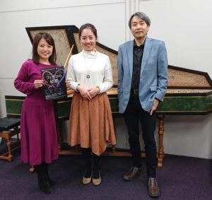 2019年12月に公演したオペラ「フィガロの結婚」の出演者である石井明(総監督・指揮、右)と朝倉春菜さん(スザンナ役・中央)が、FMヨコハマ「YOKOHAMA My Choice!」に出演したことを記念して(日吉音楽学研究室提供)