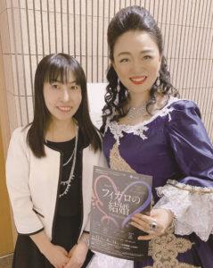 「フィガロの結婚」に出演したオペラ歌手の佐田山千恵さん(右)、日吉音楽学研究室の平山香織さん(同研究室提供)
