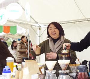 「大倉山観梅会」のおもてなしブースで、コーヒーを淹(い)れて来訪者をもてなす鈴木さん。大倉山を中心に地域イベントにも積極的に参加している(2019年2月)