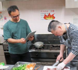 「男の3Gプロジェクト」として男の料理教室も企画。講習の様子を、多くの人に伝えたいと撮影し記録する黒須さん(2018年6月9日、下田地域ケアプラザ)