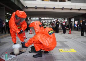 東急日吉駅前で行われたテロ対策訓練の様子。不審者が現れ、不審物(左下)が置かれたという想定で行われた(2月4日14時10分頃)(訓練)
