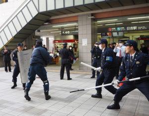 ナイフを所持し暴れる不審者が取り押さえられるというシーンも(2月4日14時頃)(訓練)