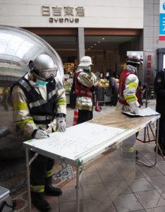 地下鉄サリン事件の教訓も受け、指揮本部は不審物が置かれた現場より少し離れた場所に設営されていた(2月4日14時10分頃)(訓練)