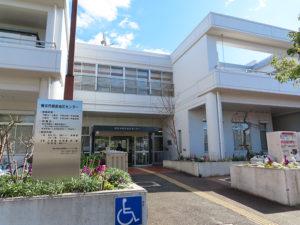 「フローラル綱島」の事務局は綱島地区センターに置かれることになった。入口付近の花壇も、昨年(2019年)発足したガーデニングクラブにより美しく手入れされている