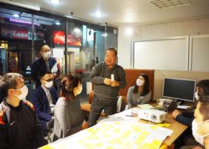 オブザーバーとして参加した日吉商店街協同組合の熊井憲一理事長代行(浜銀通り会会長・中央)も、今回のワークショップでの取り組みについて助言とアドバイスを行っていた