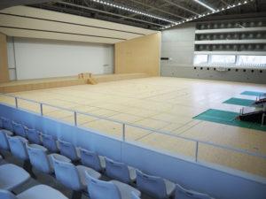 広々としたアリーナ空間と座席、また観覧席と「正対」する、幅60メートルの巨大な「ワイドステージ」が設けられた